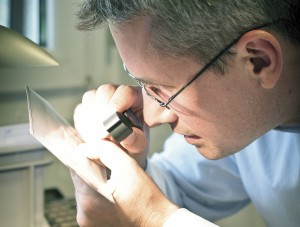 Anders Thorell, expert philatéliste chez David Feldman SA entrain d'estimer un timbre